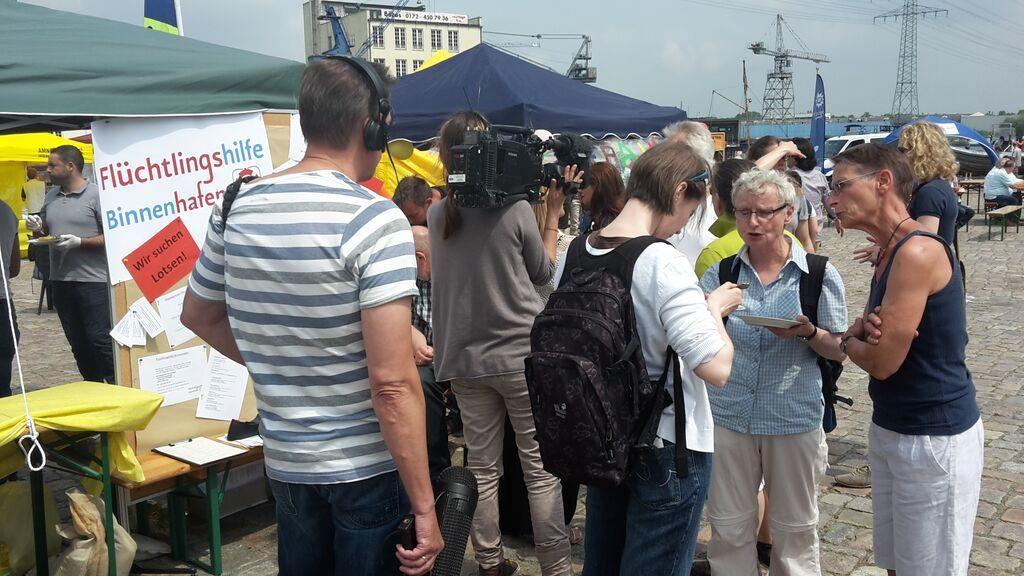 2015 - Das Harburger Binnenhafenfest Wir freuen uns, dass so viele Interessierte unseren Stand besuchen und Fragen zu unserer vielfältigen ehrenamtlichen Arbeit stellen! Am Abend sind einige neue Anmeldungen als neuer Helfer in unseren Listen eingetragen. Vielen Dank!