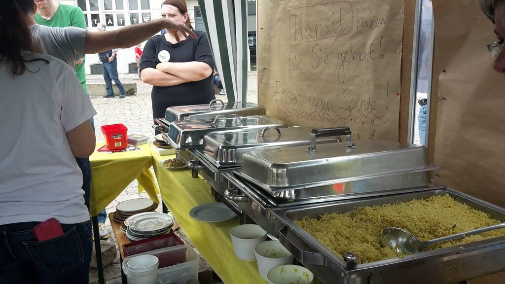 2015 - Das Harburger Binnenhafenfest Zum 1. Mal kochen die neuen Bewohner der TRANSIT für die hungrigen Festbesucher! Schnell werden Rezepte, Tipps und Geschichten untereinander ausgetauscht. Ein schönes Wochenende - eine gute Zeit miteinander!